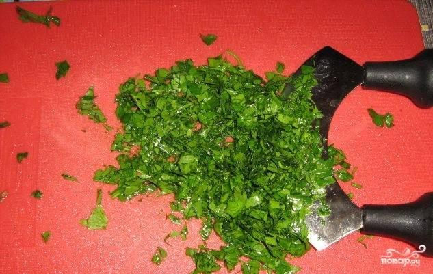 4. Помойте зелень кинзы, петрушки и мяты. Затем порубите, как можно мельче. Измельчите почищенный чеснок.