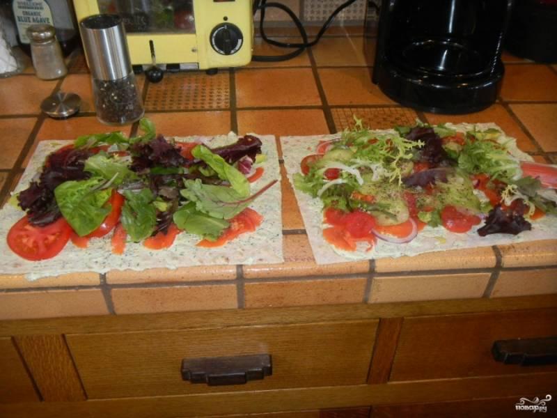 Затем выложите листья салата или зелени поверх начинки. Главное - это завернуть лаваш туго, вдавливая продукты в него, чтобы они не вылезли по бокам.