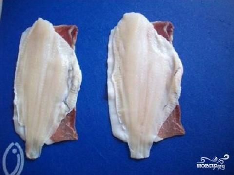3.На спаренные кусочки бекона положите рыбное филе.