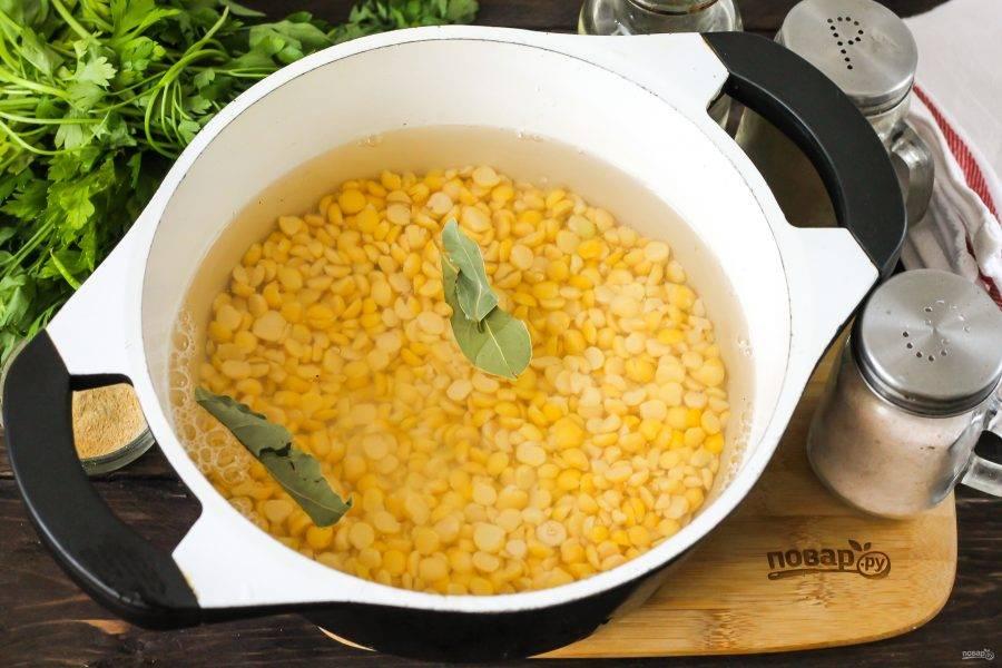 Пересыпьте в казан, добавьте пару лавровых листьев и отварите примерно 2 часа, время от времени подливая воду.