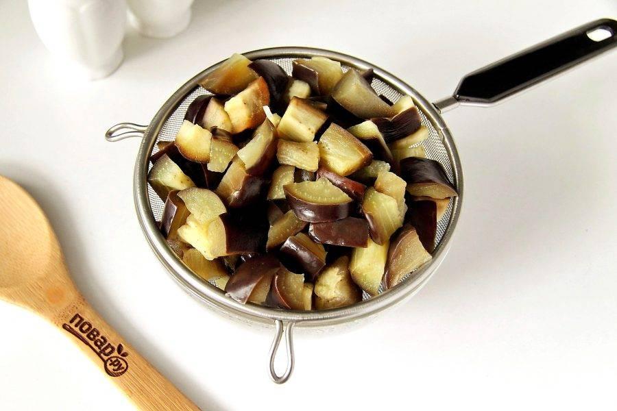 Отварите баклажаны в кипящей воде в течение 2-3 минут и откиньте на сито. Дайте хорошо стечь воде.