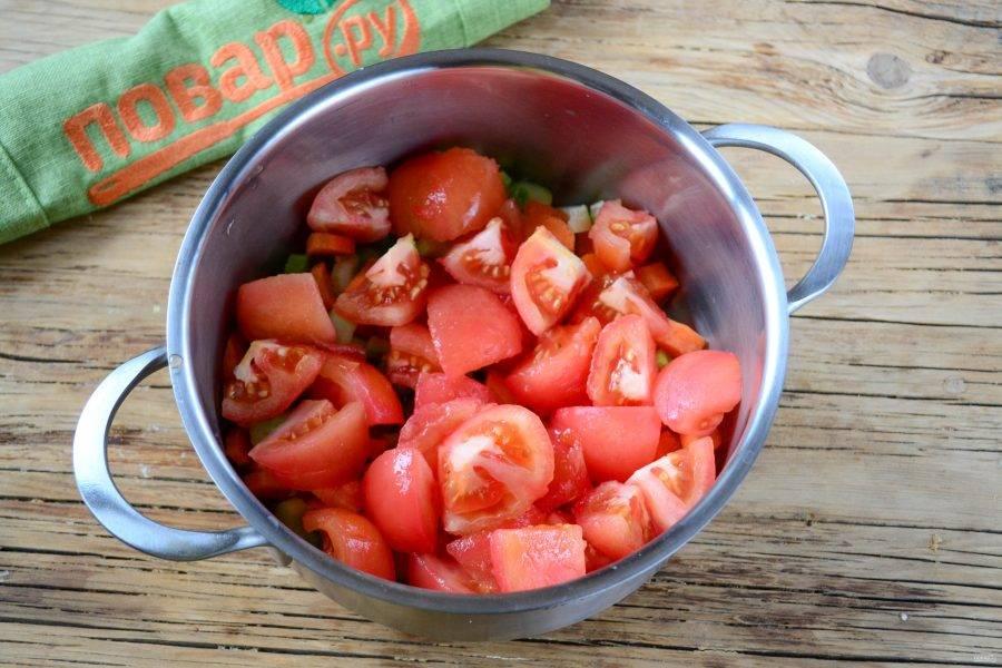 Добавьте порезанные помидоры, перемешайте, слегка раздавливая помидоры, чтобы они побыстрее пустили сок.