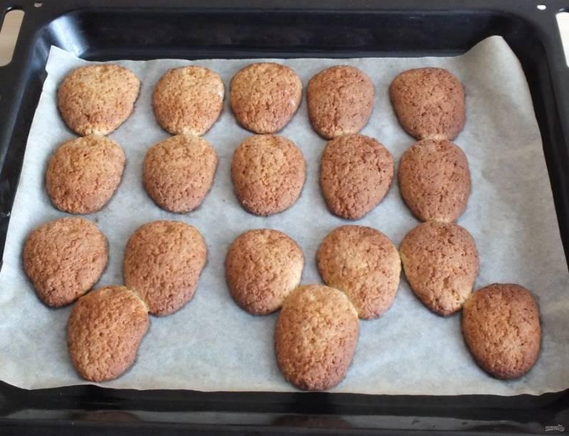 Готовое печенье охладите на пергаменте.