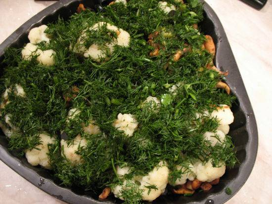 7. Добавить маслины, оливки и зелень. Подсолить и поперчить все сверху по вкусу.
