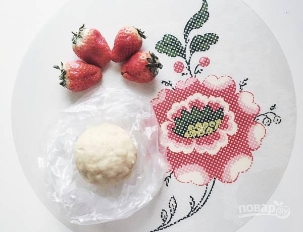 4.Скатайте тесто в ком, затем заверните его в пищевую пленку и отправьте в холодильник на 20-30 минут.