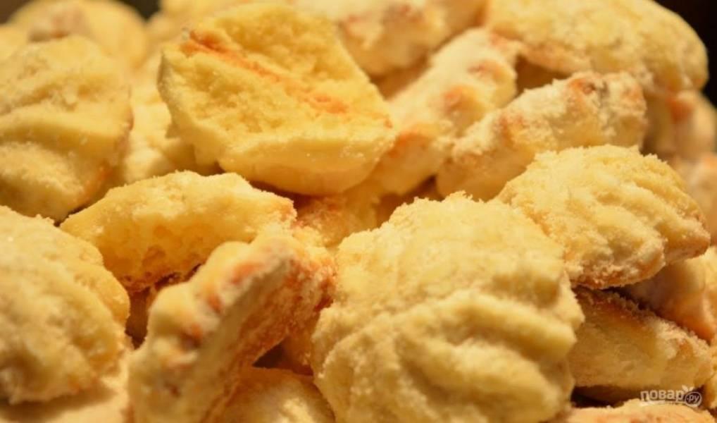 5. Выпекайте в разогретой до 180-190 градусов духовке в течение 20 минут. Готовое печенье остудите и посыпьте сахарной пудрой. Приятного аппетита!