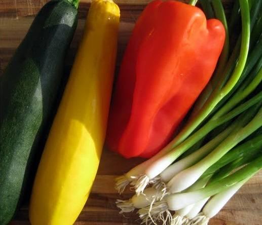 1. Включите духовку нагреваться на 200 градусов. Сбрызните противень (два противня) растительным маслом. Овощи промойте.
