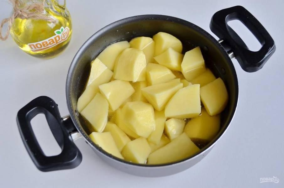 2. Картофель очистите от кожуры, сполосните под проточной водой, порежьте крупно и залейте водой. Посолите по вкусу. Варите до мягкости.