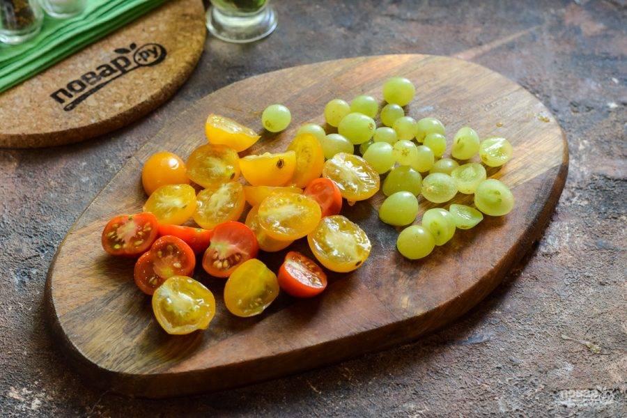 Черри ополосните и просушите, разрежьте пополам. Также вымойте виноград.