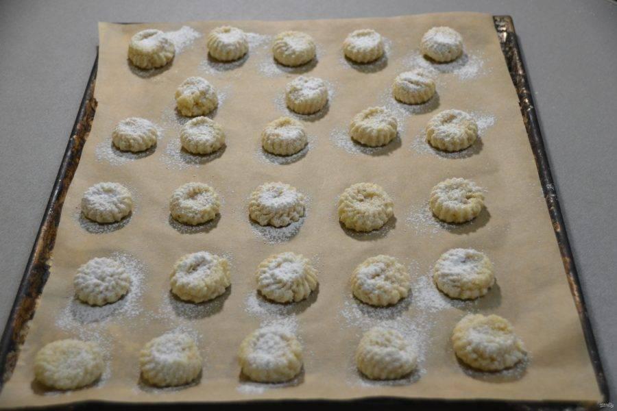 Посыпьте печенье сахарной пудрой, духовка в это время разогревается до 120 градусов. Выпекайте печенье 15 минут.