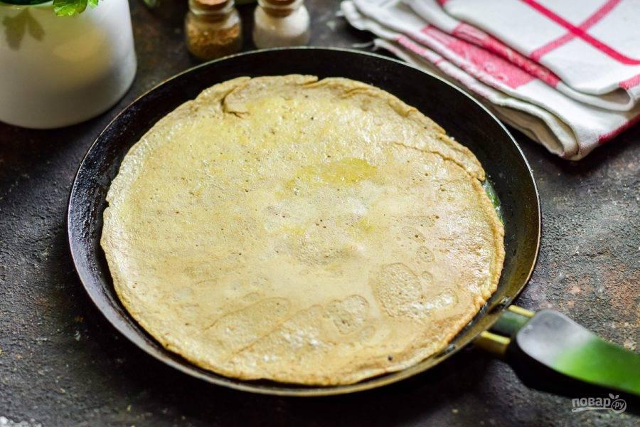 Прогрейте сковороду, влейте немного приготовленной печеночной массы. Жарьте блинчики с каждой стороны по 30-40 секунд.