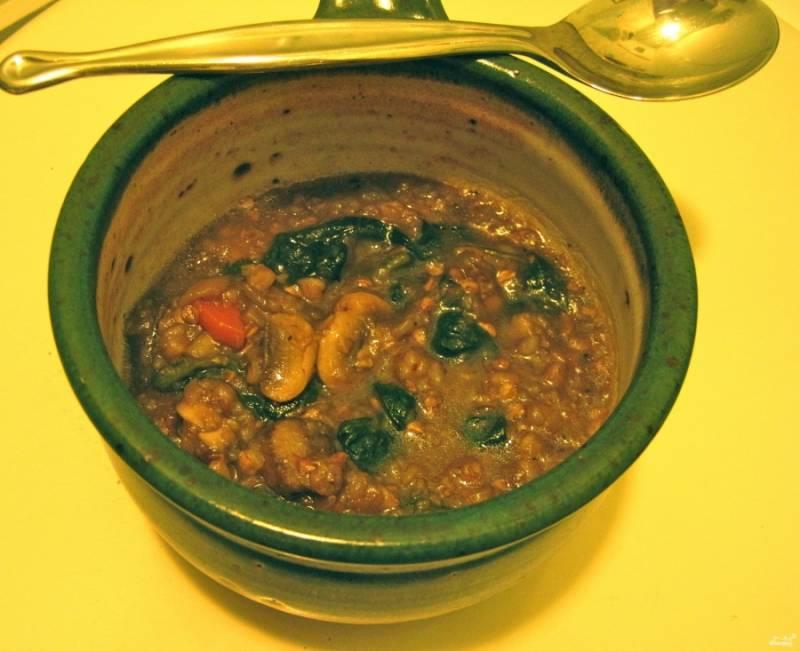 Когда суп закипит, убавьте огонь, добавьте листья шпината (я добавляю их целыми), варите еще минут 15-20 до готовности гречки. Готовый грибной суп с гречкой подавать можете со сметаной и черным хлебом. Приятного аппетита!