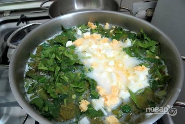 8. Выложите в кастрюлю зелень, сыр и яйца. Посолите дополнительно при необходимости и поперчите по вкусу. Дайте покипеть еще несколько минут, а после снимите с огня и оставьте под крышкой минут на 15.