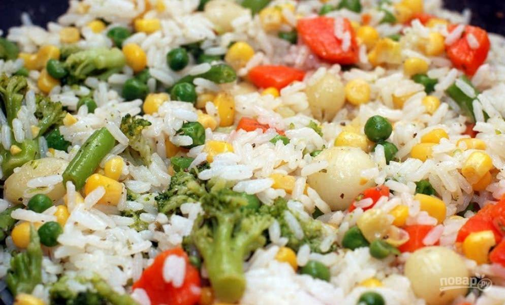 7.Заранее отвариваю рис в подсоленной воде с добавлением оливкового масла до полной готовности, всыпаю рис в вок к овощам и перемешиваю, прогреваю в течение 10 минут на слабом огне.