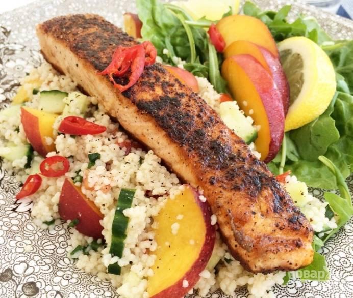 Раскалите сковороду с маслом, посолите и поперчите филе. Обжарьте его с обеих сторон до золотистой корочки. Добавьте в салат рукколу или другую зелень. Выложите рыбу на салат и подавайте.