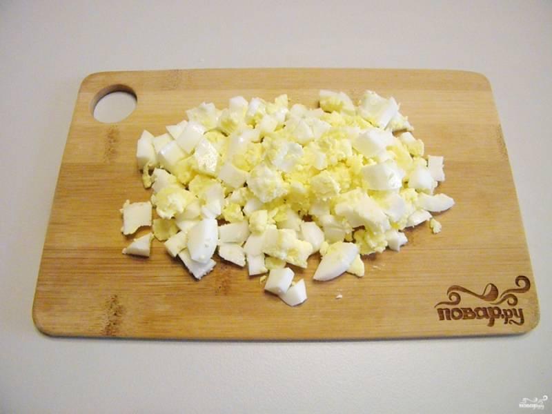 Яйца порубите кубиками.