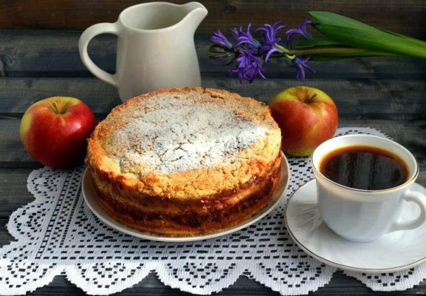 Пирог остудите в форме, затем уберите в холодильник на несколько часов или на ночь. Резать пирог можно только после выстаивания, иначе он потеряет форму и будет раскрошиться.