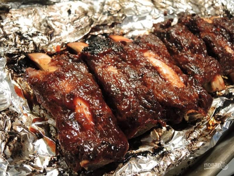 Перед подачей ребрышки смажьте маслом и своим любимым соусом.