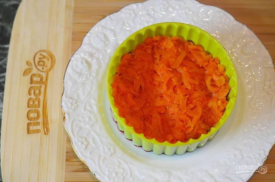 4. Далее — морковь и немного майонеза.