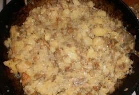 Перемешайте грибы с картофелем и луком. Соль и перец по вкусу.