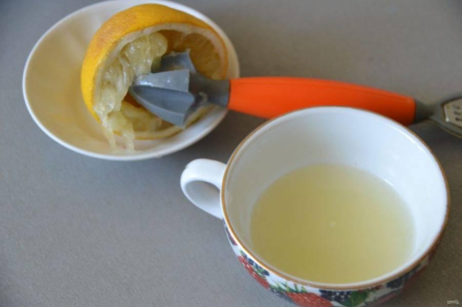 Отожмите сок лимона, добавьте к вишне 2 столовых ложки сока.