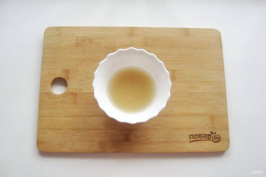 Агар-агар залейте холодной, кипяченой водой в количестве 50 мл. Дайте набухнуть в течение 30 минут.