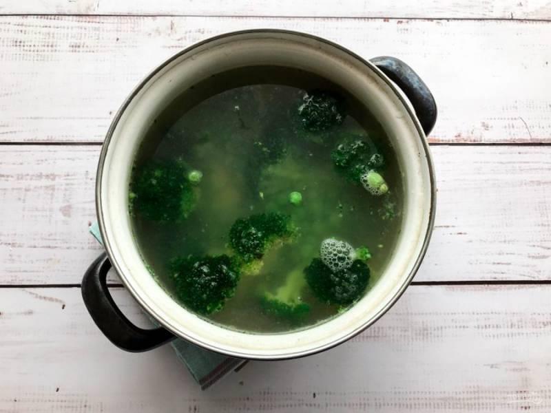 В кипящий бульон с картофелем выложите брокколи, зеленый горошек и варите 15 минут.