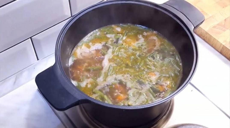 4. Отварите до полу-готовности спагетти, добавьте в суп. Добавьте фасоль стручковую и варите еще 10-15 минут под крышкой. Посолите в самом конце. Приятного аппетита!