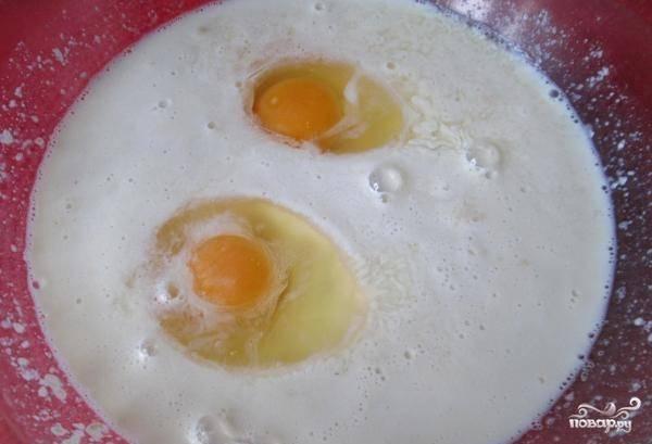 Потом добавьте к молоку соль и яйца. Взбейте всё до однородной массы.