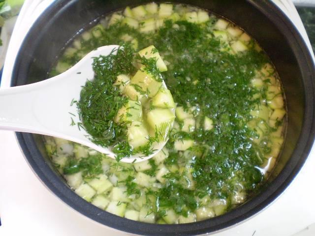 8. Заправляем суп зеленью. Провариваем одну минуту и выключаем. Летний суп готов. Приятного!