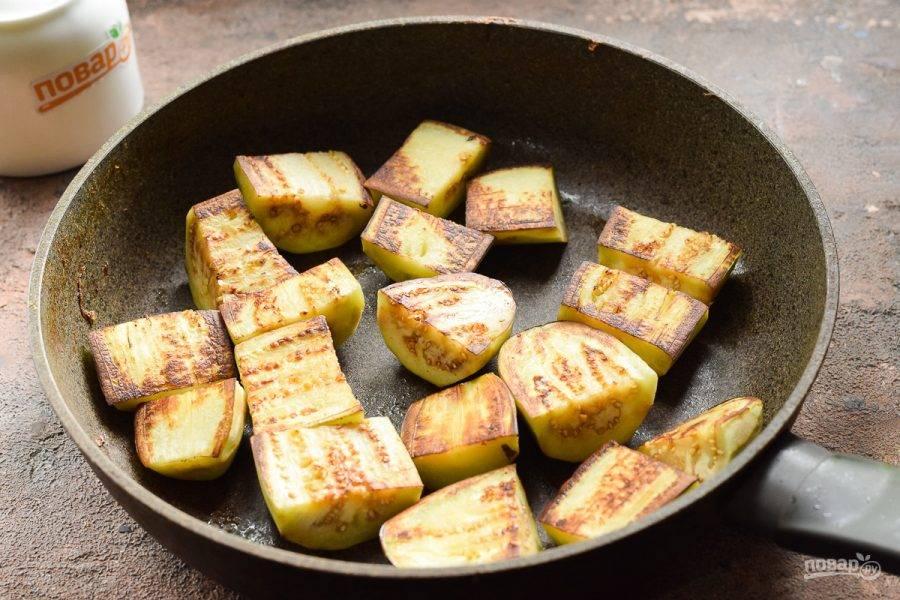 В сковороде прогрейте немного масла, выложите баклажаны и поджарьте по 2 минуты с каждой стороны.