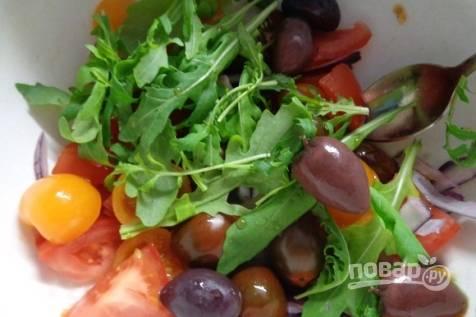 Теперь в салатник добавляем помидоры, красный лук, нарезанный перьями, оливки и рукколу.