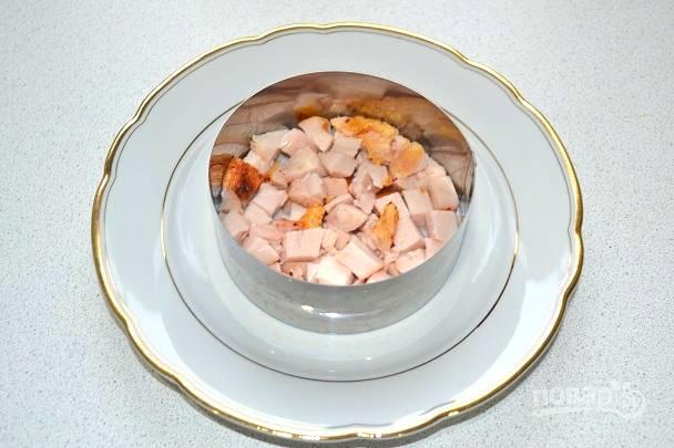9. В данном случае салатик будет слоеным. На дно выкладываем курочку.