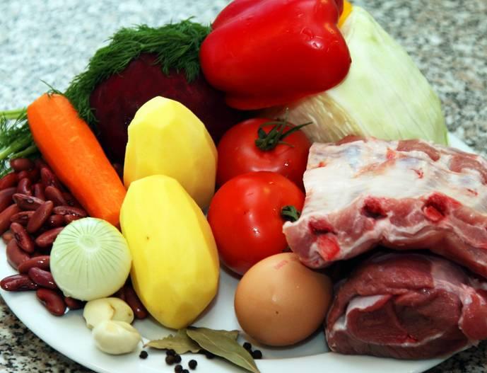 Подготовьте все необходимые ингредиенты. Овощи промойте и очистите. Фасоль отдельно замочите в холодной воде на 5 часов, затем отварите до готовности.