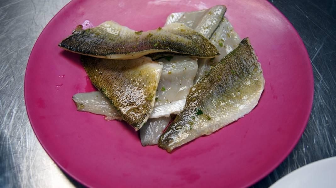 1. Рыбу нарезаем, тщательно очищаем от костей и чешуи. Режем кусочками, каждый из которых тщательно обмываем. Рыбу немного обсушиваем и натираем измельченной свежей зеленью, солью и кориандром. Сбрызгиваем лимонным соком и оставляем постоять полчаса-час в холодильнике.