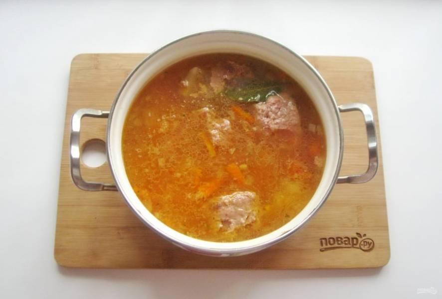 Варите суп еще 7-8 минут и выключайте. В конце приготовления добавьте измельченный чеснок.