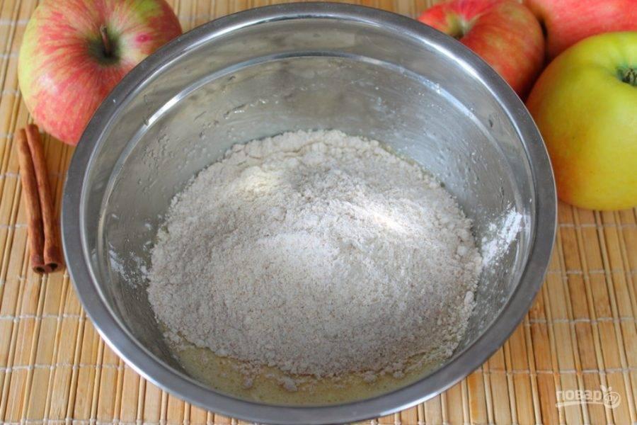 Вводим овсяную муку и гашеную соду. Замешиваем тесто.
