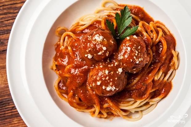 10. Готовые мясные фрикадельки с подливкой подавайте с гарниром по вкусу. Приятного аппетита!