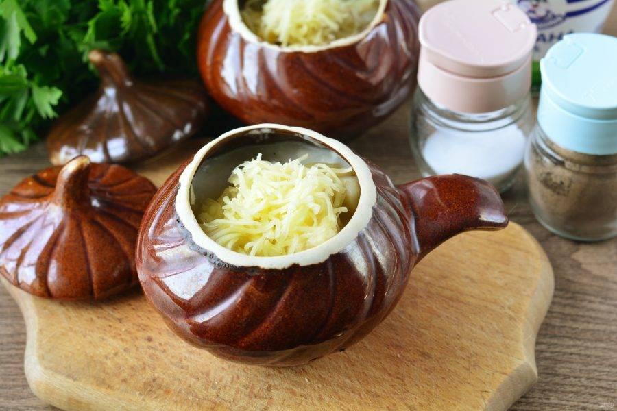 Присыпьте готовые пельмени тертым сыром и верните в духовку еще не 5 минут, не накрывая крышками. Сыр расплавится и получится очень вкусная шапочка.