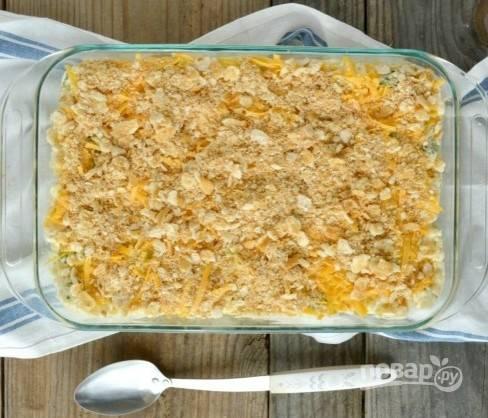 В форму для выпечки выложите овощи, рис и курицу. Залейте ингредиенты смесью из первого шага. Потом натрите сыр, а сверху залейте смесью из растопленного масла с сухарями и тимьяном.