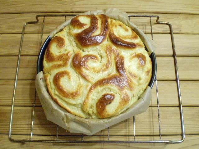 Выпекайте пирог в духовке при 180 градусах 40 минут. Готовность проверьте зубочисткой.