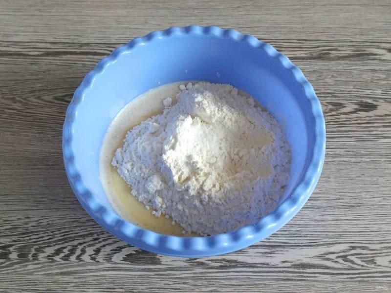 Добавьте муку, разрыхлитель, соль, ванилин. Быстро замесите тесто. Оно не должно быть сильно плотным.