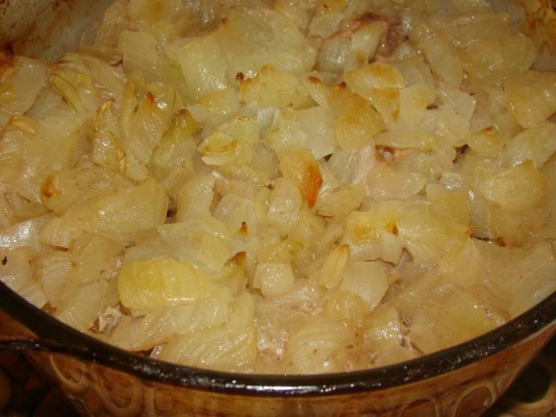 По истечении двух часов вынимаем форму из духовки и перемешиваем мясо с луком.