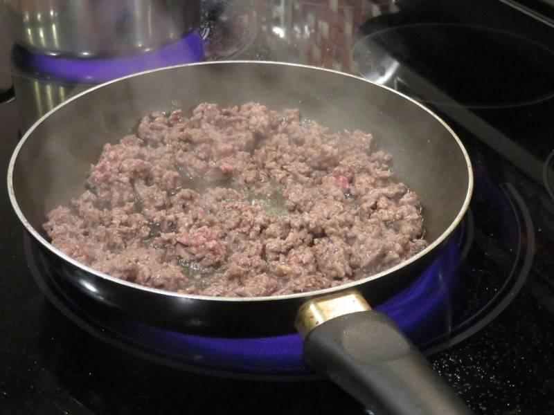 Говядину перекрутить на фарш и обжарить на сковороде.