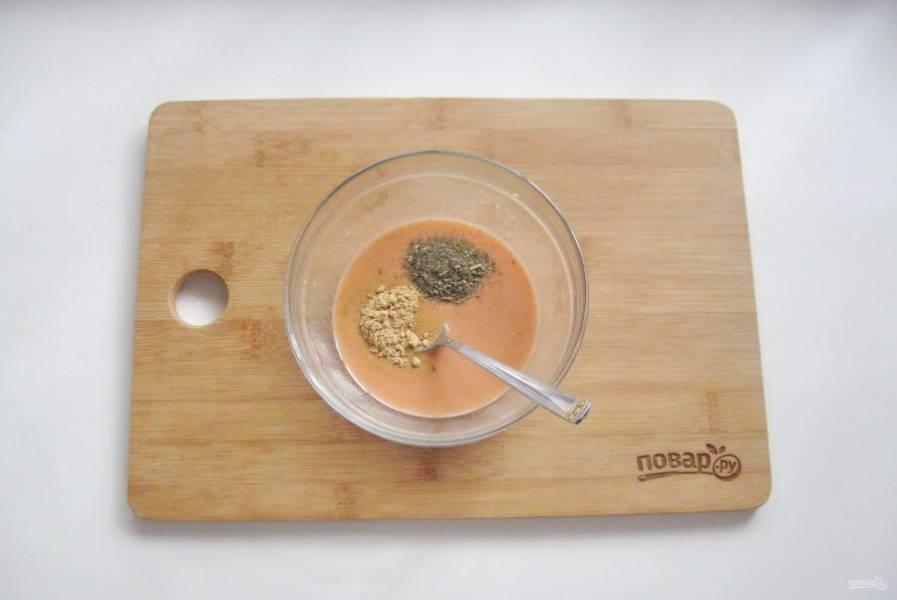 Добавьте томатную пасту, сушеный базилик, сахар и сушеный имбирь.