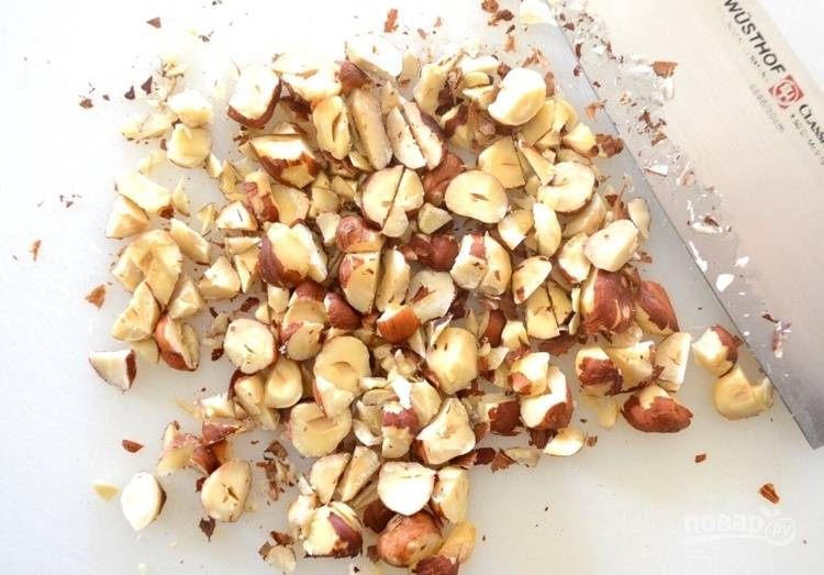 5.Острым ножом нарежьте орехи крупно.