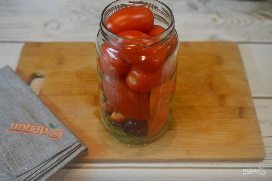 5. В банку положите виноград, перец, чеснок и помидоры.