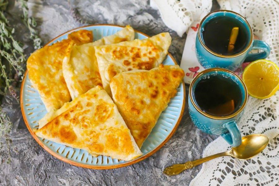 Подайте к столу горячими с чашечкой ароматного чая с лимоном.