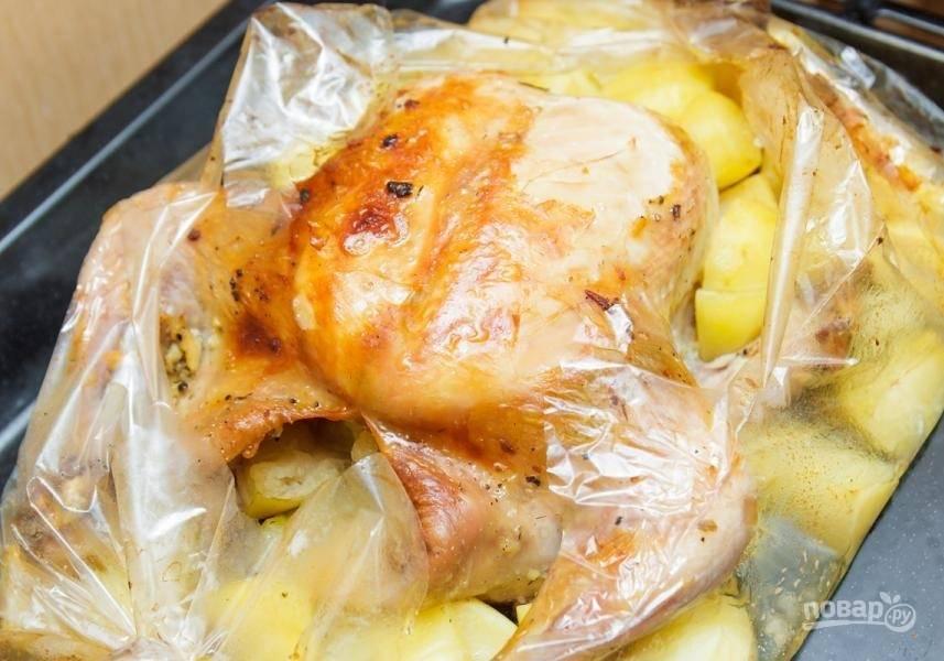 5. Запекайте курицу 1 час при температуре 180 градусов. Если после готовки не появилась золотистая корочка, то разрежьте рукав вверху и запекайте еще несколько минут.