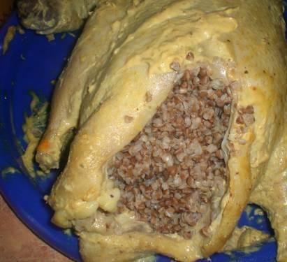 2. Дальше утку обмазывают майонезом и горчицей поострее. Кашу отвариваем до полуготовности (10-12 минут), фаршируем утку гречкой. Скрепляем пузико шпажками или жгутом.